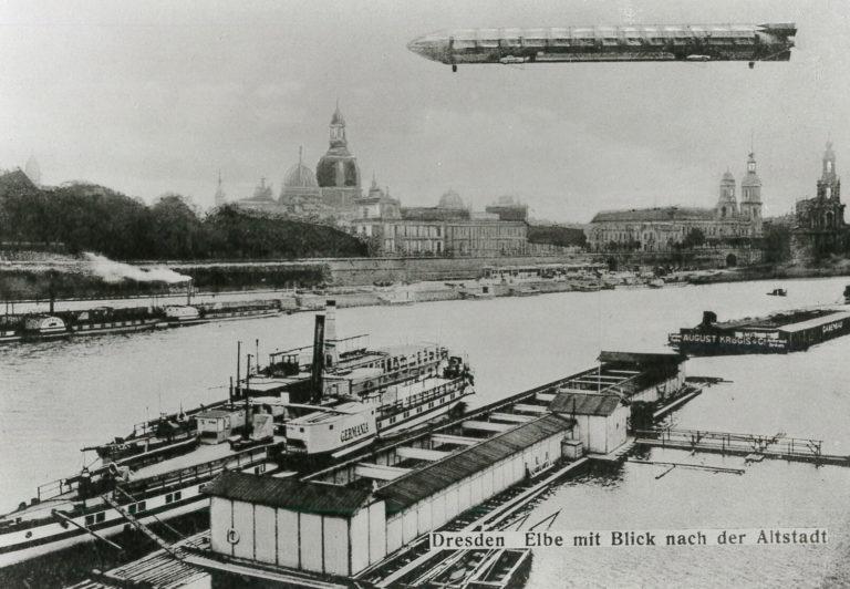 """Blick auf das Terrassenufer Dresden mit Zeppelin """"Hansa"""""""