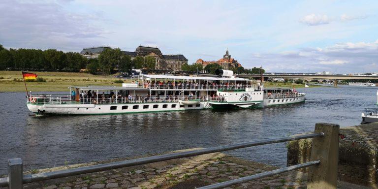 "Dampfer ""Dresden"" bei Abfahrt am Terrassenufer"