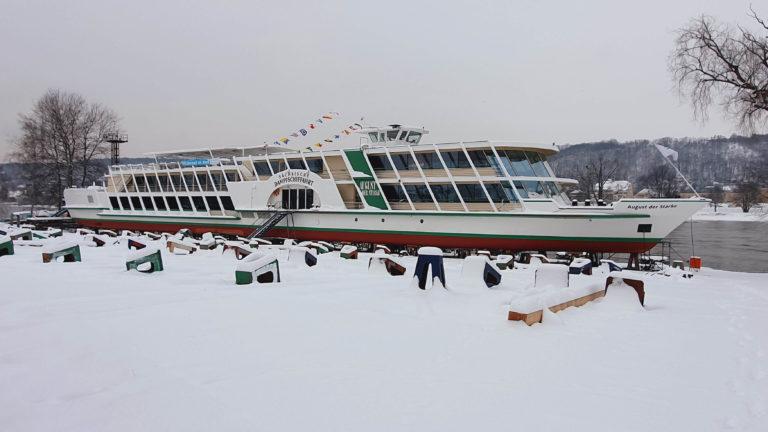 """MS """"August der Starke"""" auf der winterlichen Werft"""