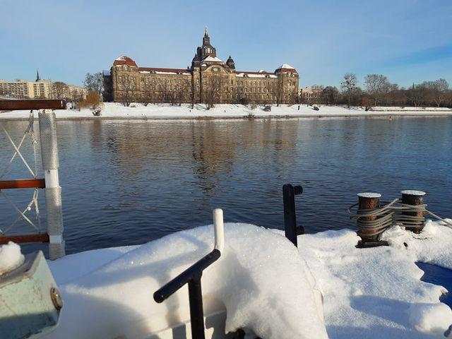 winterliches Dresden vom Schiff aus gesehen