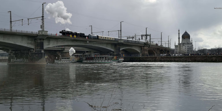 Dampf über und auf der Elbe