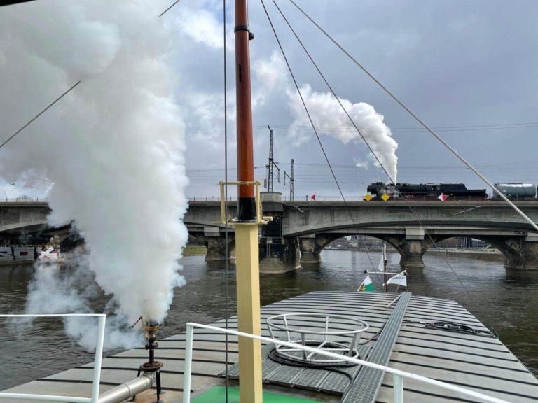 Dampfer Pillnitz und Dampflok lassen Dampf ab