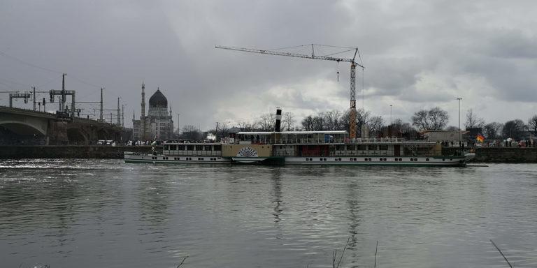 der Dampfer Pillnitz wartet auf die Dampflok Gisela