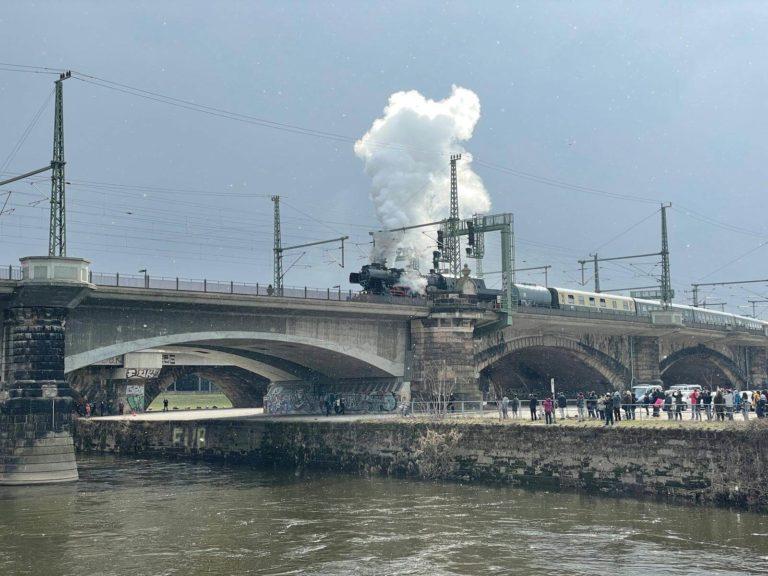 die Dampflok Gisela trifft auf der Marienbrücke ein