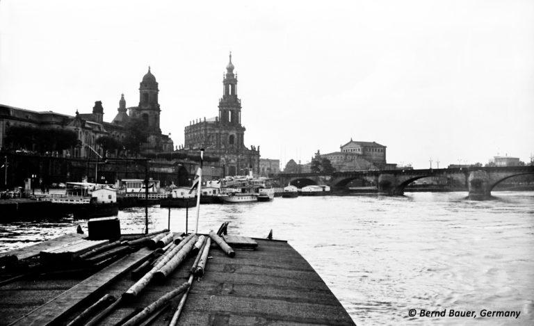 Terrassenufer Dresden vom Schiffsheck aus
